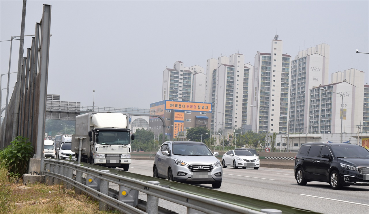 경부고속도로 하행선 평택시 방향(사진 좌측)에는 방음벽이 설치된 반면, 안성시 태산·산수화아파트 방향에는 방음벽이 설치돼 있지 않다.