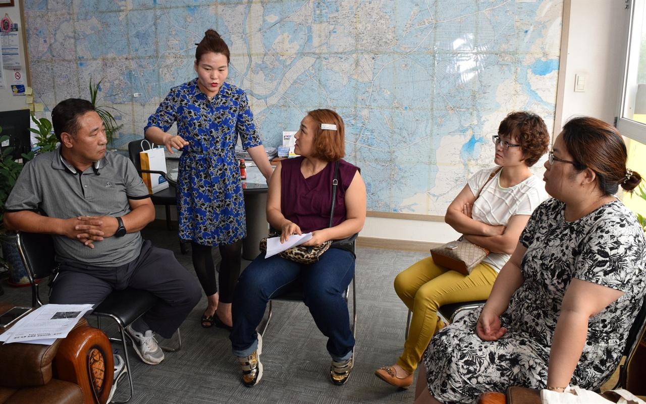 6월 21일 태산·산수화 아파트 입구에 위치한 한 사무실에 모인 주민들이 소음·분진으로 인한 고통을 호소하고 있다.