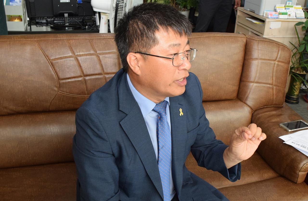 6월 21일 방음대책 및 피해보상 싸움을 이끌었던 황진택 부의장이 그동안의 진행사항을 설명하고 있다.