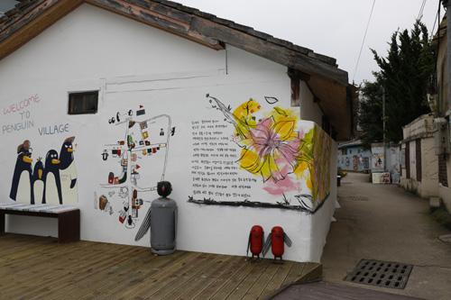 광주 양림동 펭귄마을 입구. 건물 벽에 펭귄을 그려놓고, 가스통과 소화기를 이용해 펭귄 모형을 만들어 놓았다.