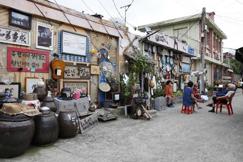 광주 양림동 펭귄마을 만남의 광장 풍경. 펭귄주막 앞에 있다. 주민들의 만남의 공간이다.
