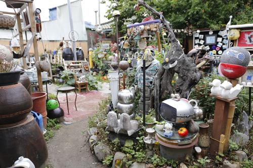 펭귄마을의 출발점이 된 펭귄텃밭. 쓰레기더미에서 소소한 볼거리로 가득 찬 정원이 됐다.