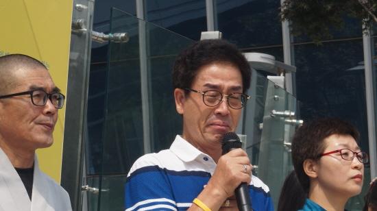 눈물로 호소하는 김초원 교사의 아버지 김성욱님  딸의 명예를 위해 이제 마지막으로 행정법원에 소장을 낸다. 부디 우리 딸이 순직 인정을 받았으면 좋겠다