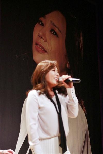 노래하는 배우 신영숙 팬들 앞에서 노래하고 있는 배우 신영숙