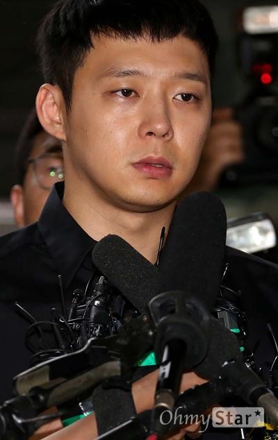 """박유천, """"실망 시켜드려 죄송합니다""""  JYJ의 박유천이 30일 오후 성폭행 피의자 신분으로 서울 강남서에 출두하고 있다."""