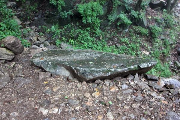 돌 오르막길 중간에 놓인 편편한 돌, 젖어서 쉴 수가 없었지만 아마도 오르는 길에 쉬어가라고 놓은 듯하다