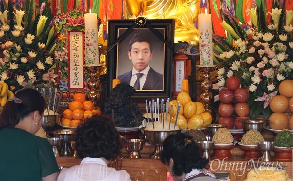 지난 5월 스스로 목숨을 끊은 김홍영 서울남부지검 검사의 49재가 고향 부산의 한 사찰에서 진행됐다.