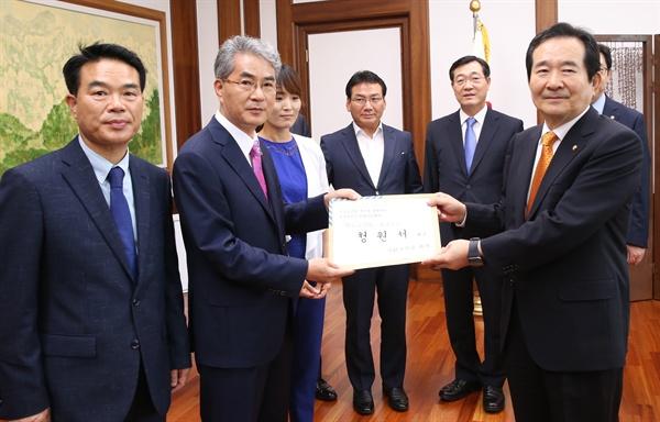 박종훈 경남도교육감이 6일 국회를 찾아 정세균 의장을 만나 '학교급식법 개정 청원서'를 전달했다.