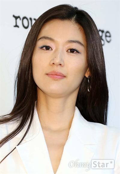 전지현, 오랜만에 보는 반가운 미소 배우 전지현이 6일 오후 서울 통의동 아름지기에서 열린 <루즈 앤 라운지> FW 포토콜 행사에서 미소를 짓고 있다.