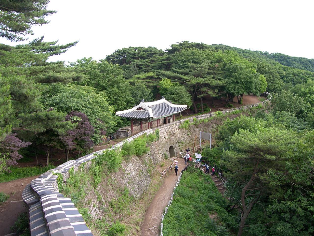남한산성 서문 인조가 홍타이지에게 항복하기 위해 나섰던 문이다