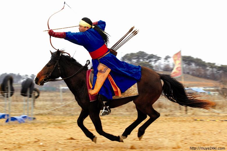 기사(騎射)를 선보이는 저자 저자가 몸소 말을 타고 활쏘기 시범을 보이고 있다. 수원에서 '한국전통무예연구소'를 운영하는 저자는 실제 몸으로 무예를 수련하는 '무인(武人)'이기도 하다.