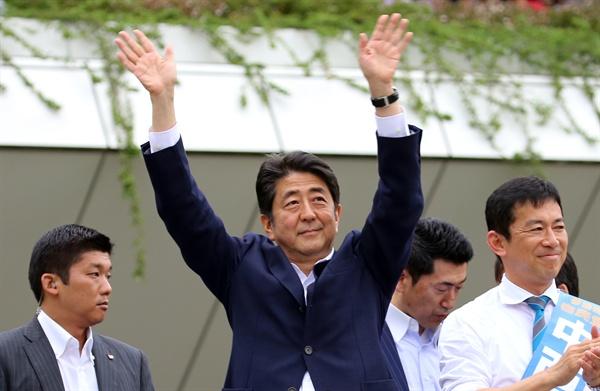 손 흔드는 아베 총리 아베 신조(安倍晋三) 일본 총리가 참의원 선거를 앞둔 지난 6월 27일 오후 일본 가나가와(神奈川)현 가와사키(川崎)시 JR 가와사키역 인근에서 연설에 앞서 유권자에게 손을 흔들고 있다.