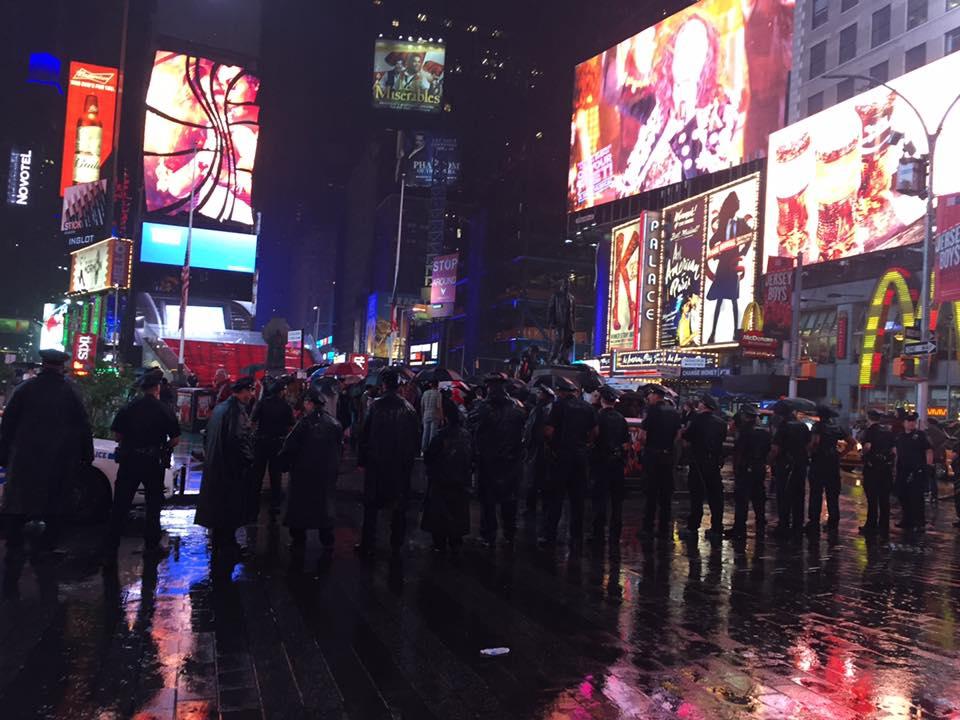 7/9 맨하튼 타임스케어에서 경찰이 시위대들을 지켜보고 있다.