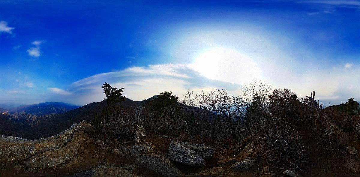 설악산 설악산의 끝청봉에서 어안렌즈로 촬영한 4컷의 사진으로 만든 파노라마로 왜곡을 감출 수 없다.