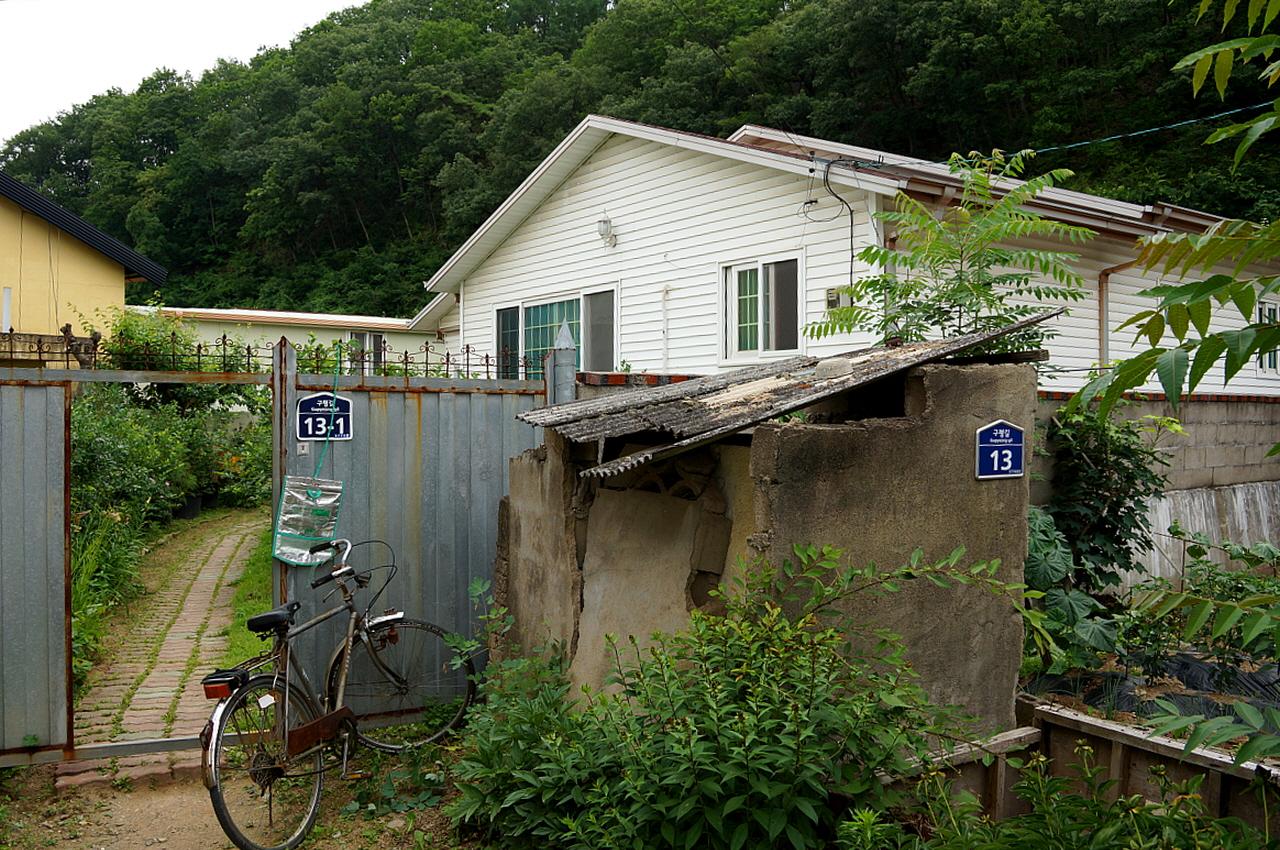 이오덕선생 태어난 집 덕계리 574번지, 사과밭언저리에 있다. 새로 지어 예전 집은 옆집 모양으로 어림할 수밖에 없다.