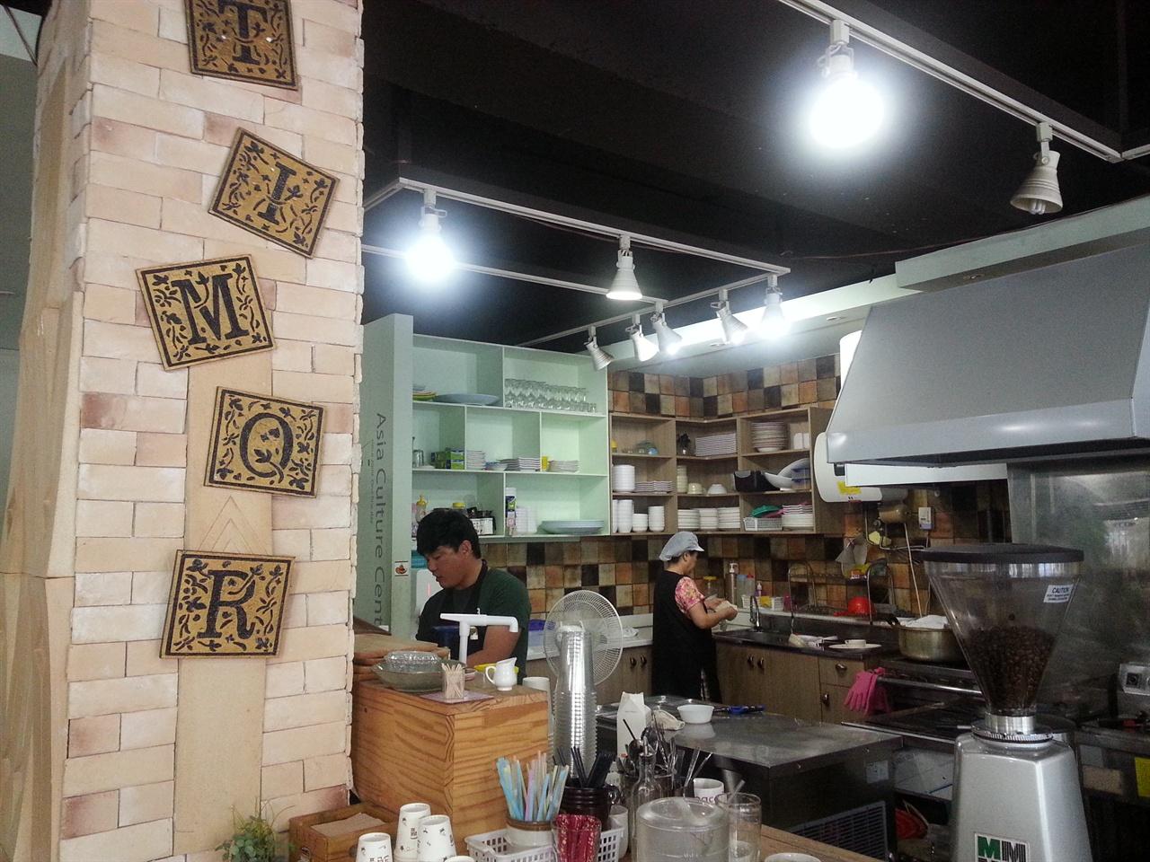 김해YMCA 카페 티모르 김해YMCA에서 운영하는 카페 티모르 주방 전경