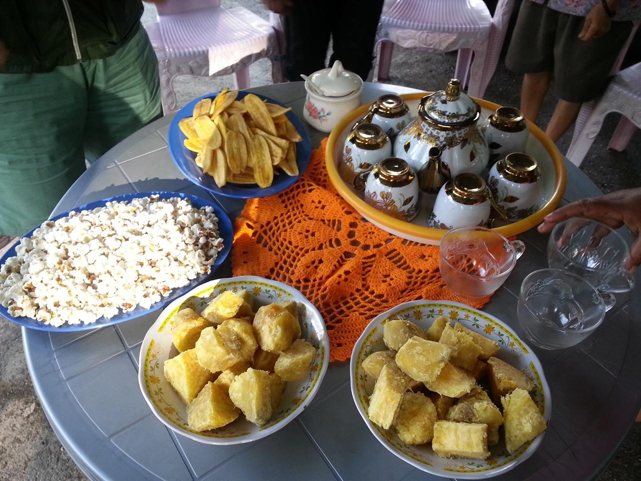 고구마 카브라키 마을주민들이 준비한 커피와 음식