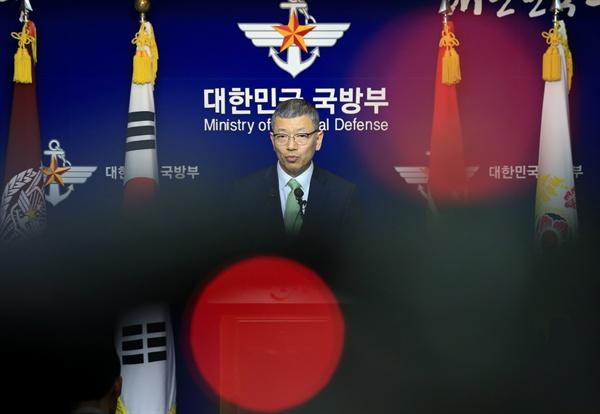 류제승 국방부 국방정책실장이 13일 오후 서울 용산구 국방부 브리핑실에서 미국의 고고도 미사일방어체계(THAAD·사드)의 경북 성주 배치 선정 배경에 대해 설명을 하고 있다.