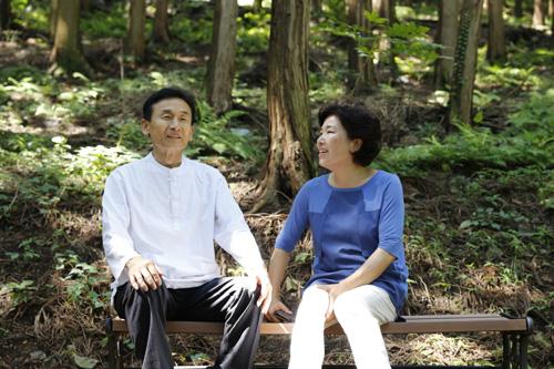 무등산편백휴양림의 진춘호 대표 부부. 부친이 가꾼 숲과 휴양림을 이어받아 운영하고 있다.