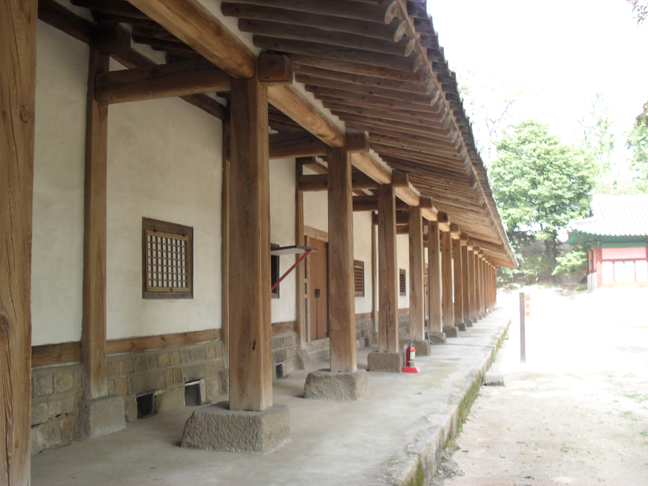 서울시 종로구에 있는 성균관 기숙사의 모습. 오른쪽은 강의실인 명륜당.