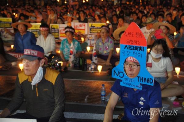 17일 오후 사드배치 반대 촛불집회에 나온 한 성주군민이 사드 미사일 모형을 머리에 쓰고 나왔다.