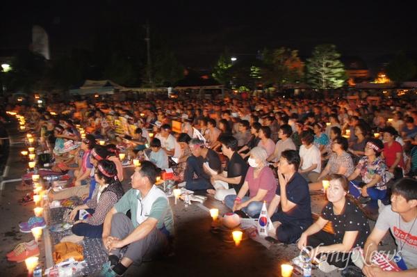 사드 배치에 반대하는 성주군민 2500여 명이 17일에도 촛발집회에 나와 한반도 사드 배치 반대를 외쳤다.