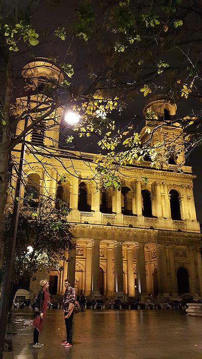 생쉴피스 성당 앞 광장의 연인