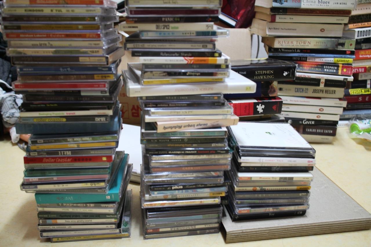 책장 정리는 의외로 쉬웠다. 다시 읽고 싶은 책과 그렇지 않은 책 사이의 경계는 분명했다. 어려운 건 음반 정리였다. 책장 상단 선반에는 많지도 적지도 않은 음반들이 꽂혀있었다.