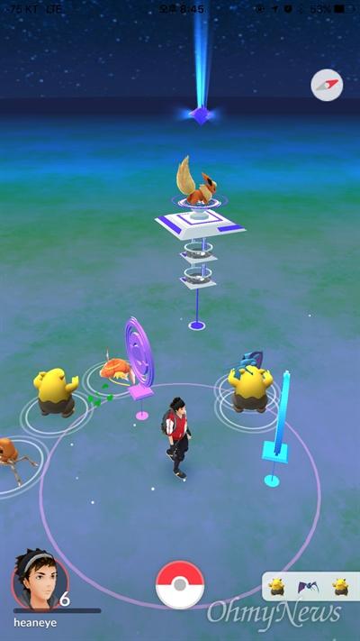 포켓몬 GO의 게임화면. 플레이어 주변에 있는 동그란 표지판 모양의 설치물이 포켓스탑이다. 이용가능한 포켓스탑은 하늘색, 이미 이용해서 당분간 쓸 수 없는 포켓스탑은 보라색으로 표시된다. 화면 중앙의 3층짜리 설치물은 체육관이다.