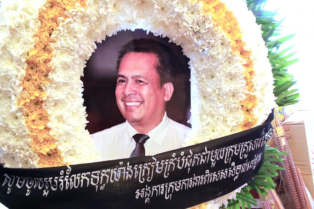 지난 7월 10일 프놈펜 시내 편의점에서 발생한 총격사건으로  캄보디아의 저명한 정치평론가이자, 풀뿌리 민주주의 정당을 이끌어 온 껨 레이가 현장에서 사망했다. 일각에선 그의 죽음에는 정치적인 의도가 숨겨져 있다고 주장한다.
