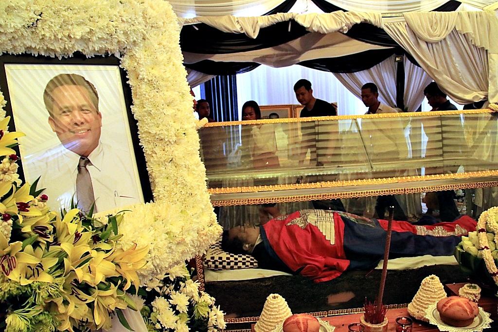 수도 프놈펜 메콩강변  왓차 불교 사원에 마련된 빈소 유리관에 그의 시신이 안치된 가운데 전국에 찾아 온 조문객들의 행렬이 일주일 넘게 줄을 잇고 있다. 장례위원회의 한 관계자는 매일 평균 3~4천 명이 조문객이 찾아온다고 밝혔다.