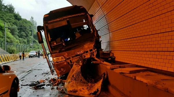 영동 고속도 추돌사고 지난 17일 오후 5시 54분께 강원 평창군 용평면 봉평터널 입구 인천방면 180㎞ 지점에서 관광버스와 승용차 5대가 잇따라 추돌해 관광버스가 심하게 부서져 있다.