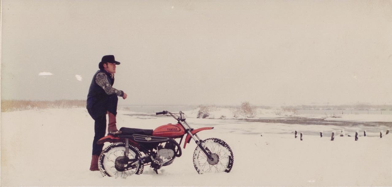 청년시절 일제 오토바이를 타고 눈밭에서 찍은 사진. 갈색 장화에 모자까지 꽤 멋을 부리고 다녔다.
