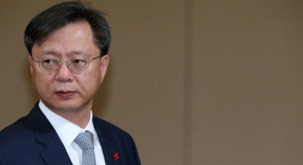 지난해 12월 14일 우병우 민정수석이 청와대에서 열린 수석비서관회의에 참석하고 있는 모습.