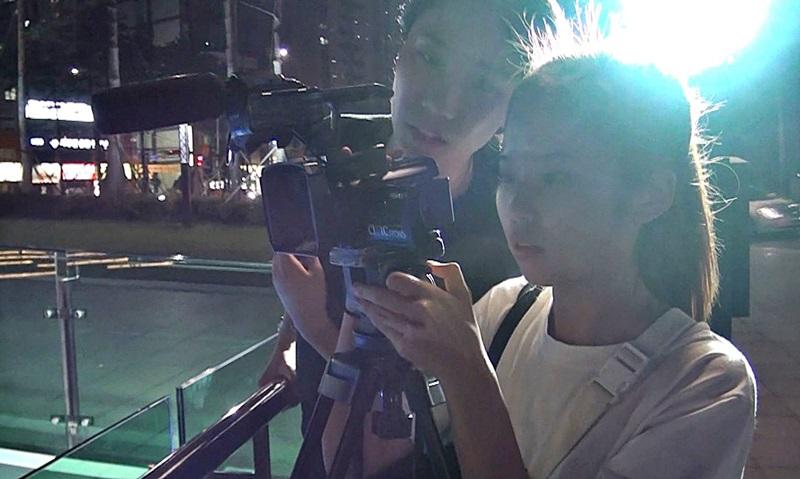 플래시몹이 몰래카메라 형식으로 진행되기 때문에 영상팀이 노출시키지 않고 촬영을 준비하고있다.