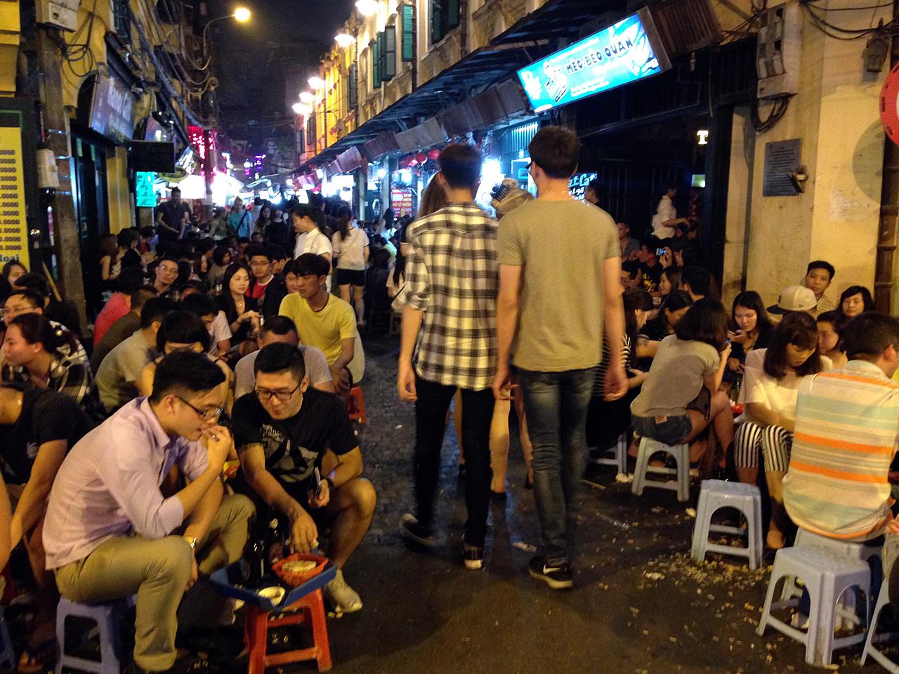 하노이 '맥주 거리'. 태국 카오산로드는 명함도 못 내밀 인구 밀도를 자랑한다. 목욕탕 의자에 앉아 기울이는 맥주 한 잔.