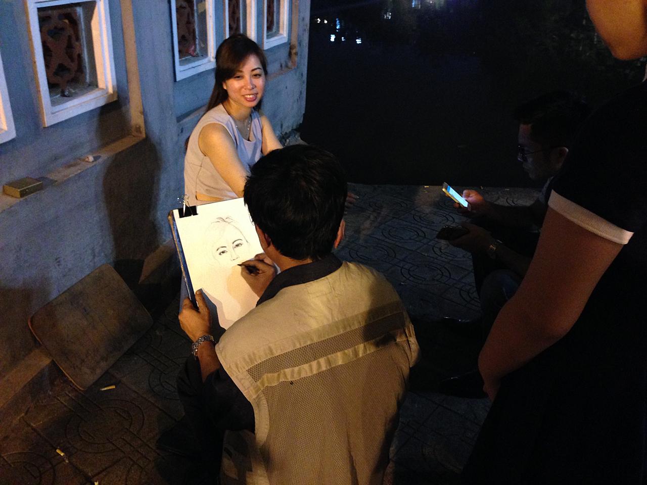 하노이 호안끼엠 호숫가 풍경. 여행자뿐만 아니라 베트남 사람들도 나와 저녁 시간을 즐긴다.