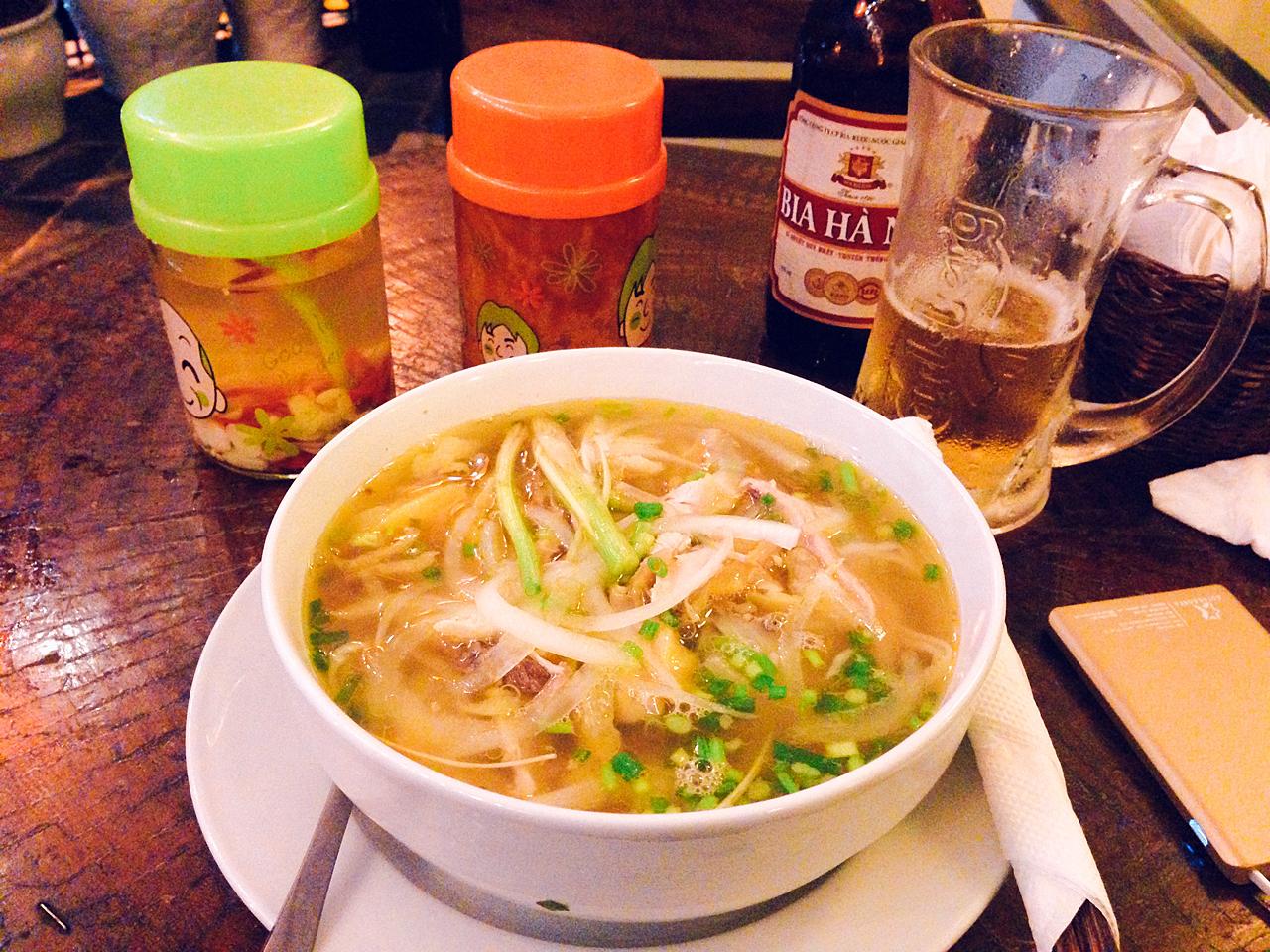 베트남 하노이에서 먹은 첫끼 식사. 치킨 국수였는데, 참... 느끼했다.