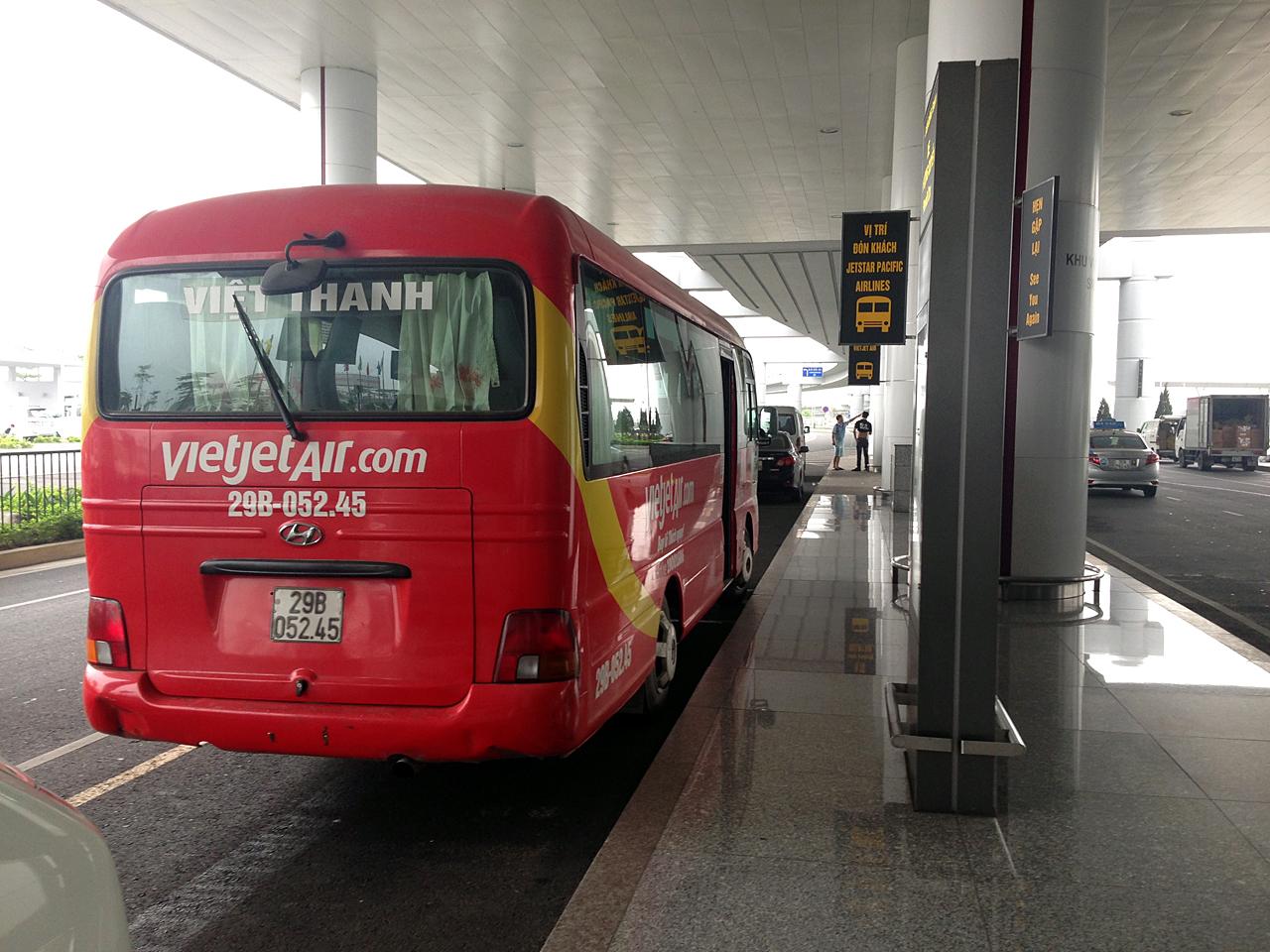 하노이 공항에서 시내로 들어가는 항공사 미니버스를 탈 수 있다.