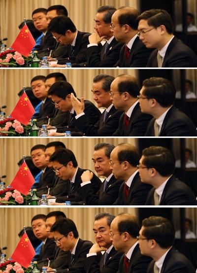 중국 왕이 외교부장이 25일 오전(한국시간) 라오스 비엔티안 돈찬팰리스호텔에서 열린 중국과의 양자회담에서 윤병세 외교장관의 발언을 듣던 중 불만이 있는 듯 손사래를 치고 있다. 2016.7.25