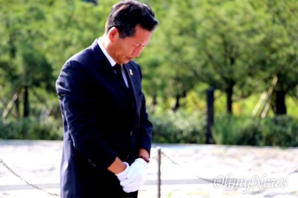더불어민주당 정청래 전 국회의원이 26일 오후 경남 김해 진영읍 봉하마을을 찾아 고 노무현 전 대통령 묘역을 참배했다.