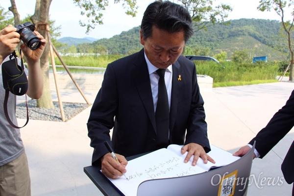 더불어민주당 정청래 전 국회의원이 26일 오후 경남 김해 진영읍 봉하마을을 찾아 고 노무현 전 대통령 묘역을 참배한 뒤 방명록에 적고 있다.