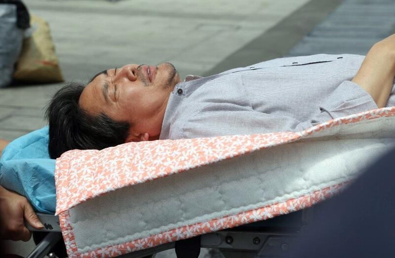 지난 20일부터 광화문 광장에서 단식 농성을 벌이던 김홍장 당진시장이 26일 오후 쓰러져 병원으로 급히 실려가고 있다.