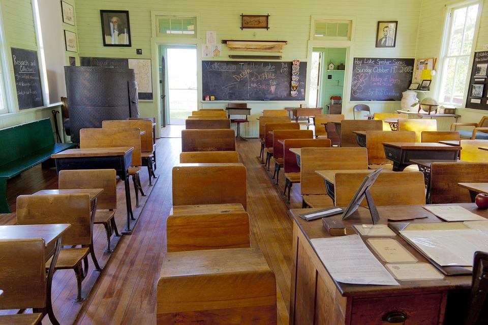 우리나라에서 교사가 되는 길은 멀고도 험하다.