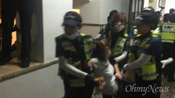 30일 이화여대 본관에서 경찰이 한 학생을 끌고 가고 있다.