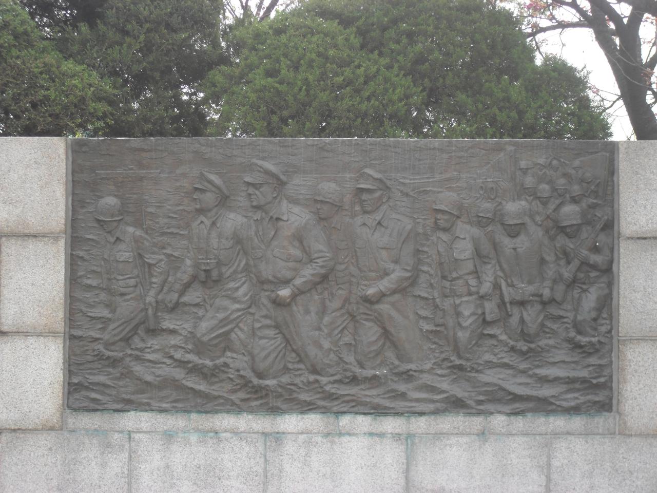 인천에 상륙하는 미군의 모습. 인천시 중구 송학동의 자유공원에서 찍은 사진.
