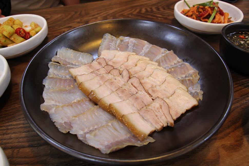 항아리에 잘 삭힌 흑산도홍어와 국내산 돼지고기 수육이다.