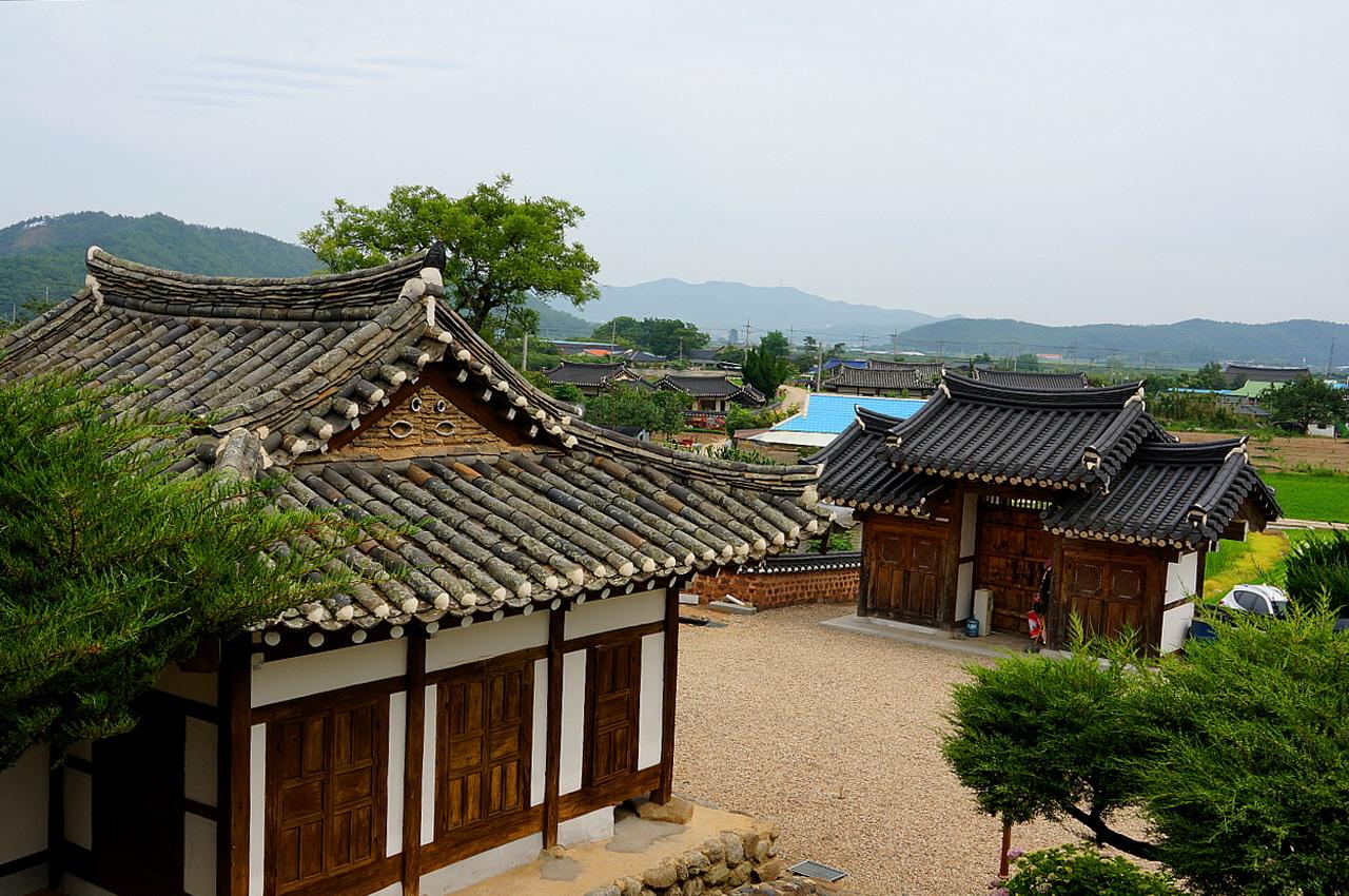 인량마을 정경 오봉종택 벽산정에서 내려다본 마을 정경. 마을 앞에 송천이 흐르고 넓은 인량들이 펼쳐있어 세상 살기 좋은 마을이다.