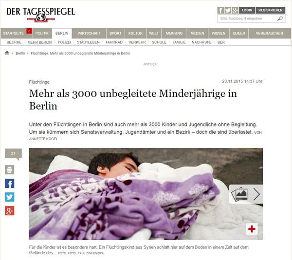 한 난민 어린이가 길거리 바닥에서 잠을 자고 있다.