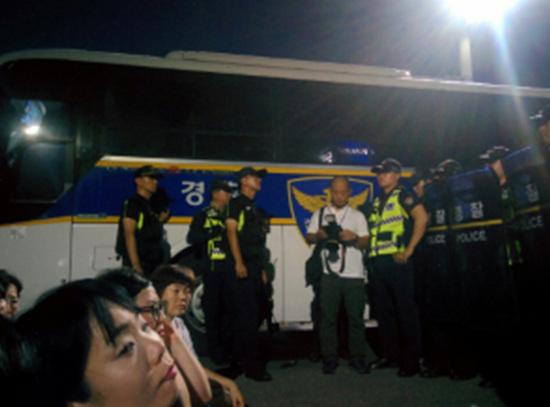 경찰 봉쇄 사진.
